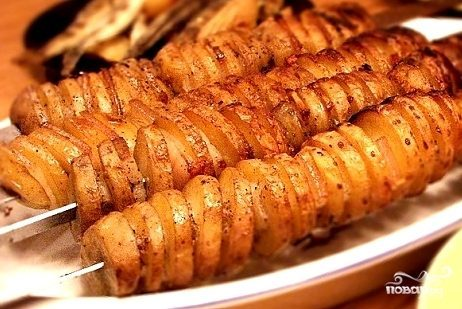 Шашлык из картошки с салом или беконом на мангале