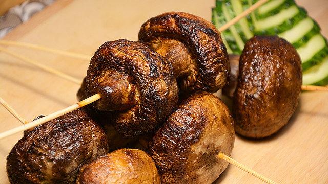 Рецепт вкусных шампиньонов на мангале в маринаде со сметаной