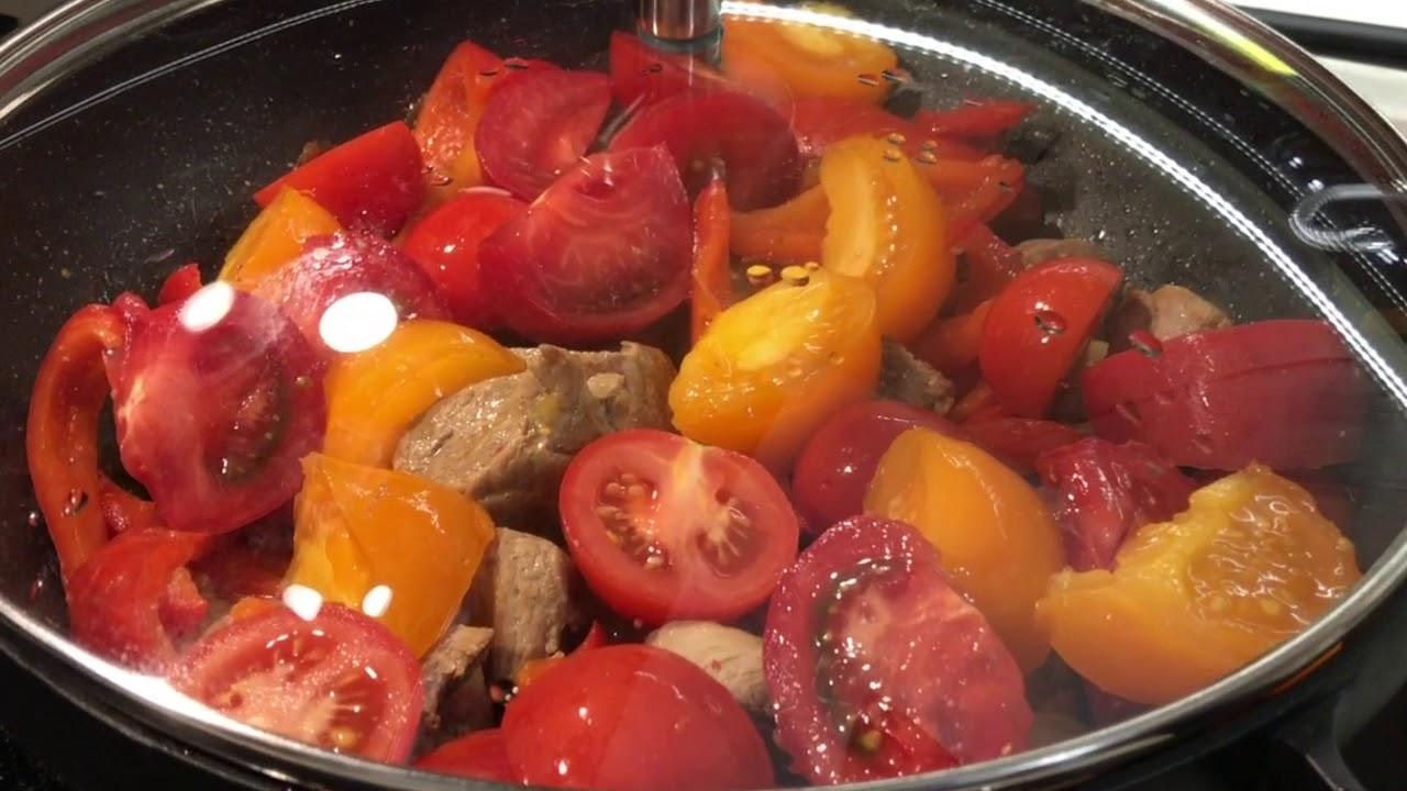 Мясо на сковороде с замороженными овощами