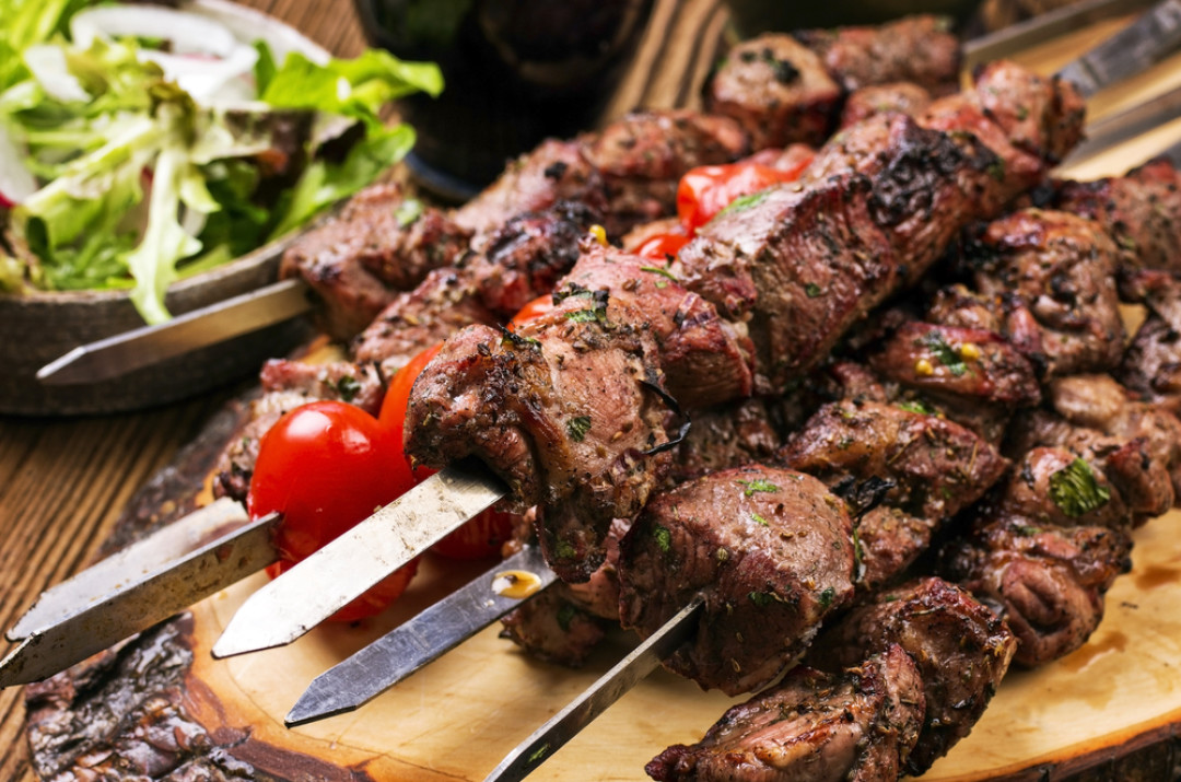 Жарим мясо на углях — как правильно жарить шашлык?