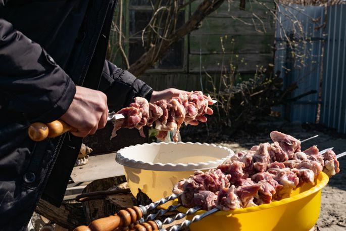 Самый вкусный маринад для шашлыка из свинины сделает мясо мягким, сочным и ароматным