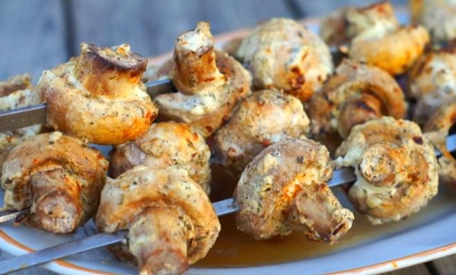 Шашлык из шампиньонов на мангале и в духовке: 10 лучших рецептов