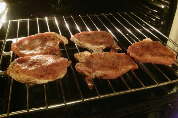 Стейк из мраморной говядины на сковороде